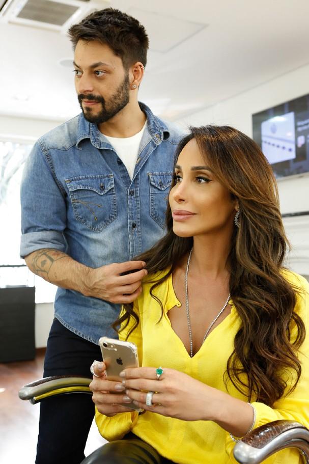 Carol Marra com o hair stylist Gil Scawia (Foto: Divulgação/Felipe Censi)
