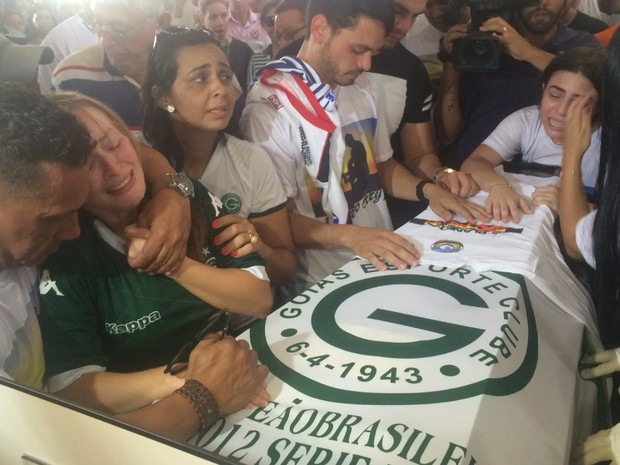 Parentes e amigos lamentam morte de cinegrafista Ari Júnior durante missa em Trindade Goiás (Foto: Murillo Velasco/G1)