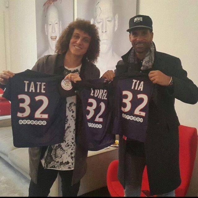 BLOG: David Luiz recebe visita de Rio Ferdinand e ganha presentes para os filhos