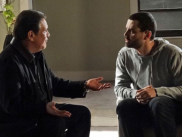 Dimas tenta fazer Fernando esquecer Zenóbio (Foto: Amor Eterno Amor/TV Globo)