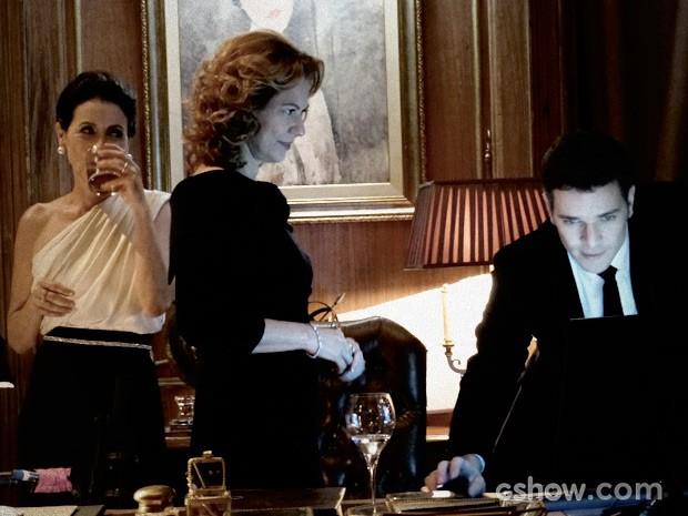 Bruno mostra vídeo a Angela e Gilda (Foto: O Rebu / TV Globo)