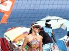 Fernanda Lima vai à praia do Rio com maiô engana mamãe