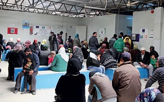 Refugiados  em posto de saúde em Acnur (Foto: AHMAD ABDO/AFP/ÉPOCA)