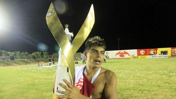 Vaninho, meia do Potiguar de Mossoró, com a taça de campeão (Foto: Canindé Soares)