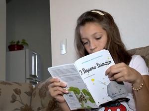 Emily lê pelo menos dois livros por semana (Foto: Reprodução/ TV Gazeta)