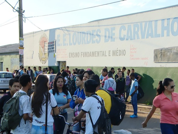 Alunos esperam limpeza de escola em Uberlândia (Foto: Reprodução/TV Integração)