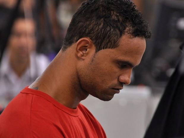 07/03//2013 - Bruno de cabeça baixa durante o depoimento (Foto: Renata Caldeira / TJMG)