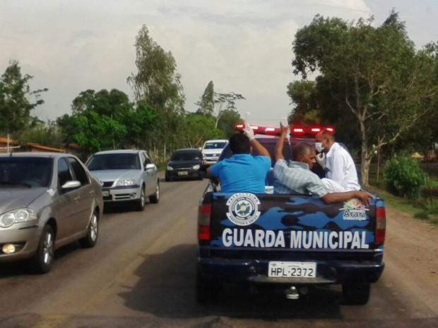 Caminhonete da Guarda Municipal de Arari transporta quatro pessoas na carroceria (Foto: Paulo Alberto / Divulgação)