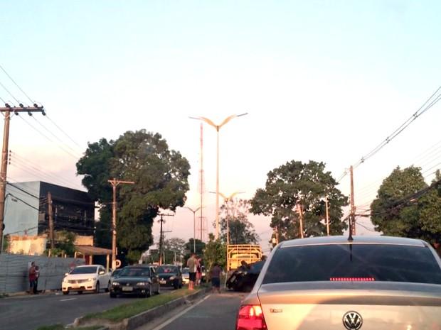 Capotamento deixou trânsito lento na André Araújo (Foto: Francisco Gomes/Rede Amazônica)