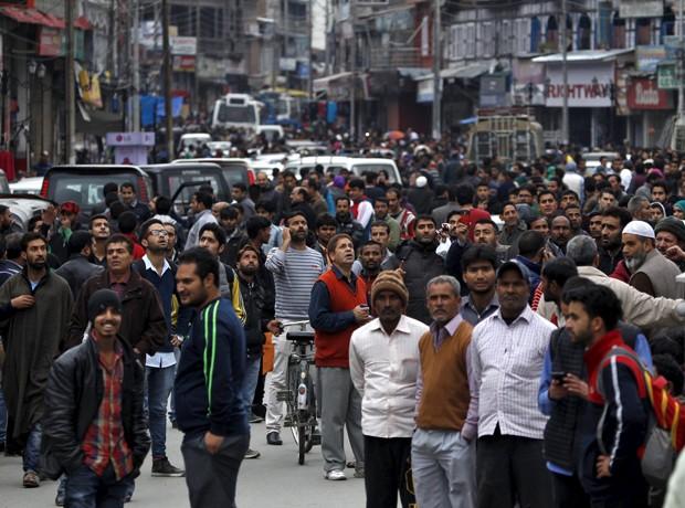 Indianos vão para as ruas em Srinagar após terremoto que teve epicentro no Afeganistão (Foto: Danish Ismail/ Reuters)