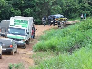 Polícia analisa condições de ponte antes de comboio passar (Foto: Taísa Arruda/G1)