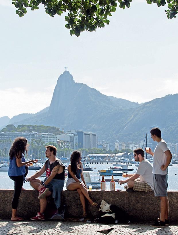 A mureta onde a clientela do Bar Urca se esbalda como visual, enquanto beberica uma cerveja.  (Foto: Foto Leo Martins/Agência O Globo)