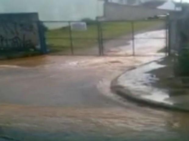 Vazamento de água Zona Norte de Sorocaba (Foto: Reprodução/TV Tem)