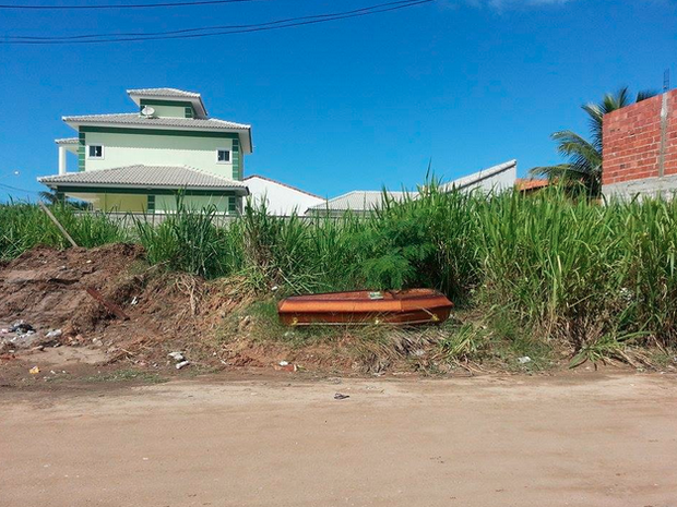Caixão misterioso apareceu em um terreno baldio de Itaipuaçu (Foto: Léo Ribeiro / Lei Seca Maricá)