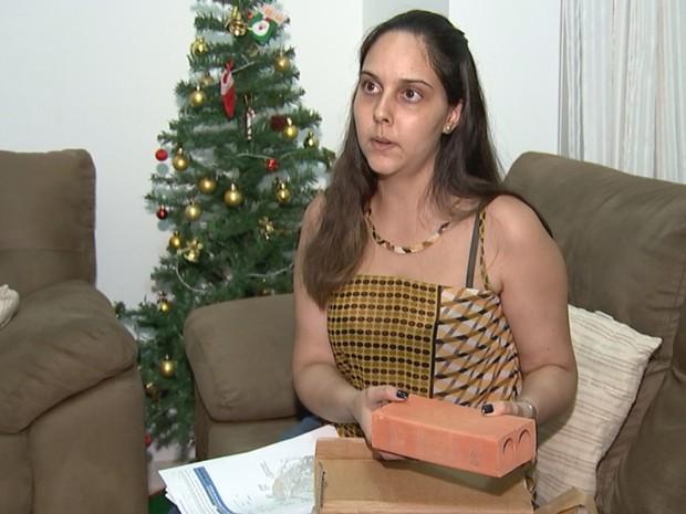 Talyta recebeu um tijolo no lugar do celular que comprou (Foto: Reprodução/TV TEM)