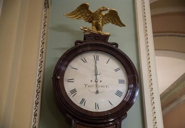 Relógio marca paralisação da máquina pública dos EUA, enquanto negociações do Senado não avançam (Foto: EFE/EPA/SHAWN THEW)