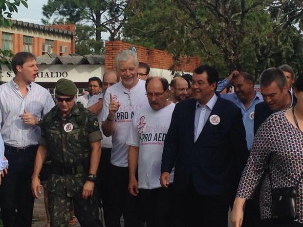 Ministro acompanhou a visita realizada pelos militares (Foto: Roberta Salinet/RBS TV)