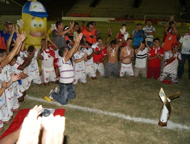 Jogadores do Potiguar de Mossoró comemoram título com a música 'Sabor de Mel' (Foto: Augusto Gomes)