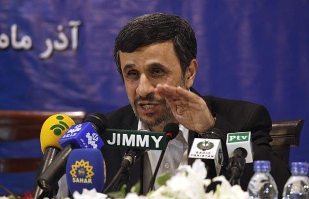 O presidente do Irã, Mahmud Ahmadinejad, dá entrevista nesta quinta-feira (22) em Islamabad, no Paquistão (Foto: AFP)