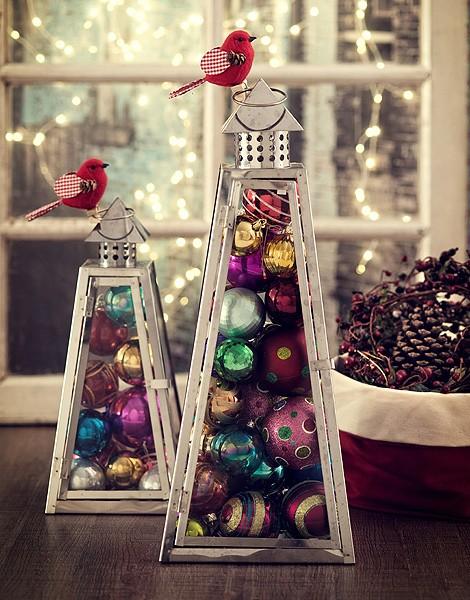 A lanterna de vidro e ferro tem formato de árvore. Que tal colocar bolas de Natal dentro dela? (Foto: Cacá Bratke/Editora Globo)