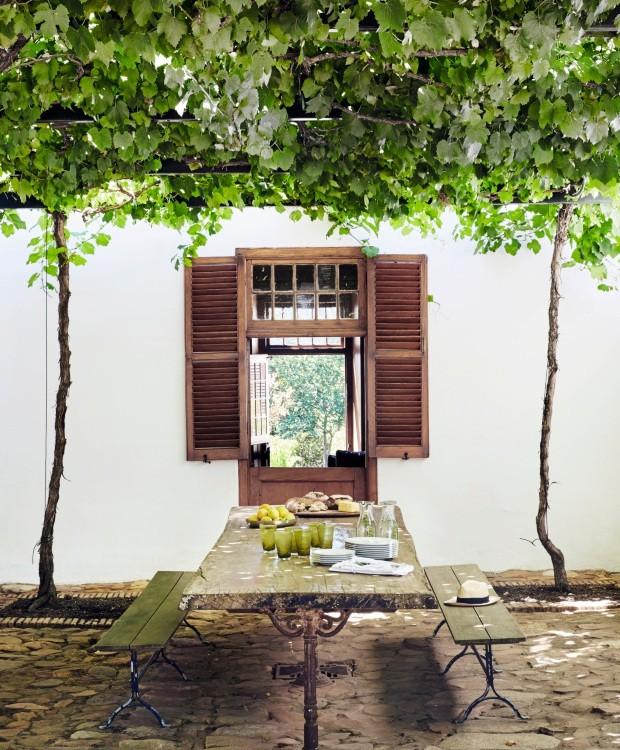 Pérgola. No verão, as refeições são feitas nesta área de jantar ao ar livre localizada no pátio, ao lado da cozinha (Foto: Greg Cox / Bureaux)