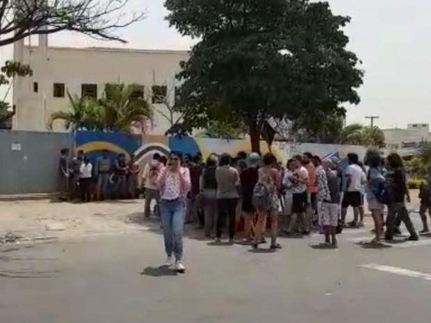 PM detém 50 durante ocupação de escola em ato contra OSs, em Goiânia, Goiás (Foto: Rodrigo Mansil/TV Anhanguera)