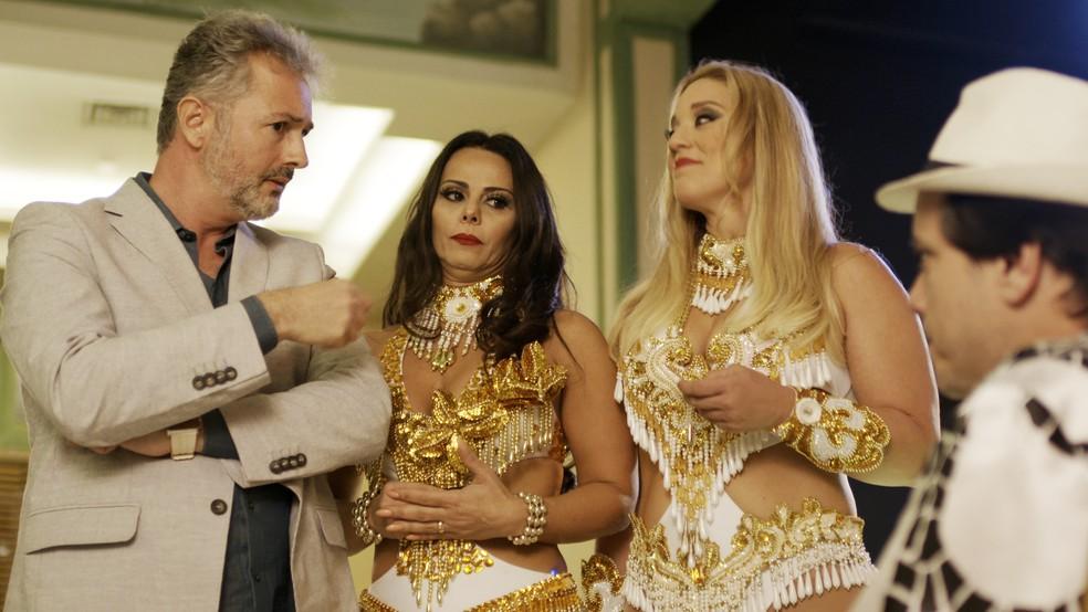 Glenda olha para Nelson enquanto ouve a proposta ao lado de Edith (Foto: TV Globo)