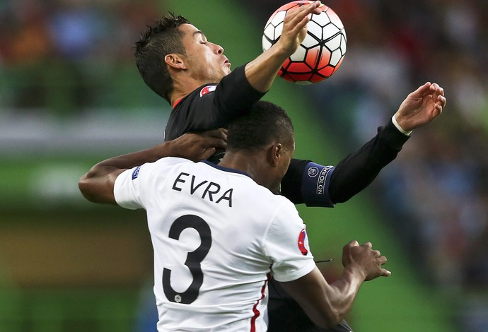 Cristiano Ronaldo Evra Portugal x França amistoso (Foto: EFE)