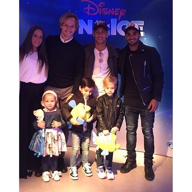 BLOG: Grupo unido: Neymar vai com Rakitic e Douglas a espetáculo da Disney