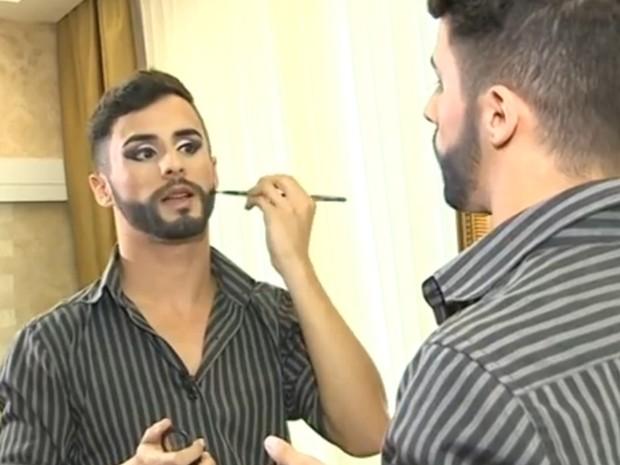 'Me inspirei na Conchita porque gostei da ideia dos vestidos', diz o maquiador (Foto: Reprodução/RBS TV)
