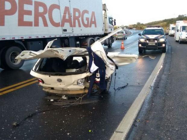 Três pessoas morreram e uma ficou ferida depois de colisão entre caminhão e carro na Bahia (Foto: Blog do Anderson)