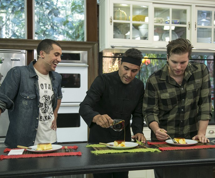 Ricardo Vianna e Thiago Fragoso experimentam a receita do dia! (Foto: Raphael Dias/Gshow)