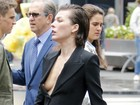Milla Jovovich, decotada, mostra demais durante sessão de fotos