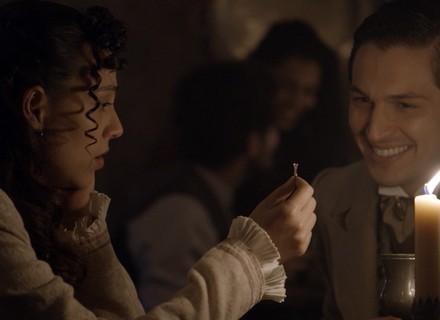 Casamento? Roberto surpreende Anita com anel de noivado
