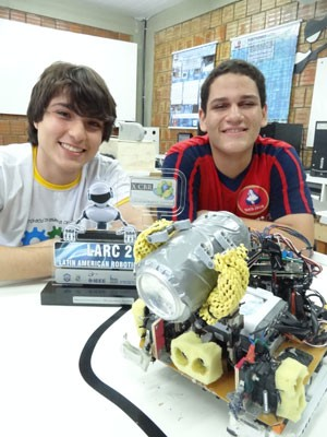 Lucas Cavalcanti (E) e Gabriel Alves com troféu e robô campeão (Foto: Luna Markman/G1)