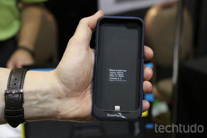 O dispositivo Surfr é conectado à capa para smartphone e pode fornecer até o dobro de energia  (Foto: Fabricio Vitorino/TechTudo)