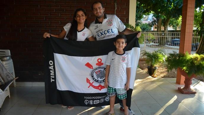 Francisco Netto, Desirré e o filho Fernando: família corintiana (Foto: Duaine Rodrigues)