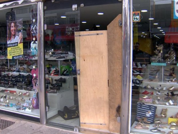 Loja de calçados na Serra usa pedaços de madeira na entrada (Foto: Reprodução/ TV Gazeta)