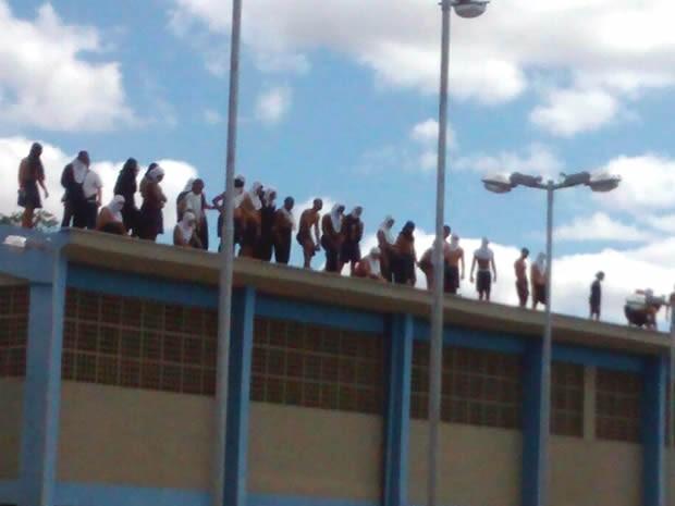 Internos no telhado do Departamento Geral de Ações Socioeducativas (Degase) de Volta Redonda (Foto: Divulgação/Polícia Militar)