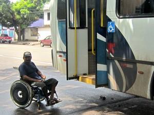 Cadeirante aguarda para entrar no ônibus (Foto: Dyepeson Martins/ Arquivo Pessoal)