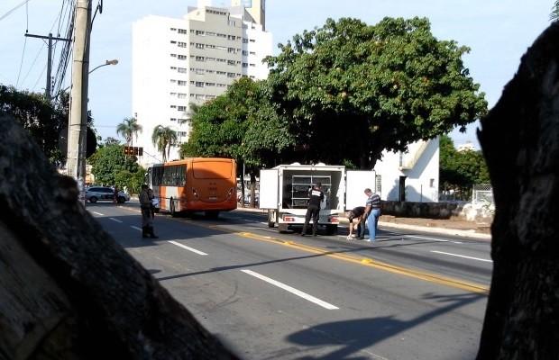 Homem morre atropelado por ônibus do transporte coletivo em Goiânia, Goiás (Foto: Diomício Gomes/O Popular)
