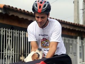 Transporte de cachorro com bicicleta em Jacareí (Foto: Carlos Santos/ G1)