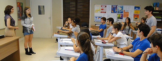 Lia chora em plena sala de aula e se surpreende com a ajuda de Vitor (Foto: Malhação / TV Globo)