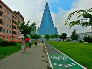 Ciclovia é vista no caminho para o Hotel Ryugyong, em Pyongyang, na Coreia do Norte, no dia 4 de julho