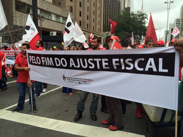 Faixa pede fim do ajuste fiscal durante manifestação na Avenida Paulista (Foto: Karina Godoy/G1)