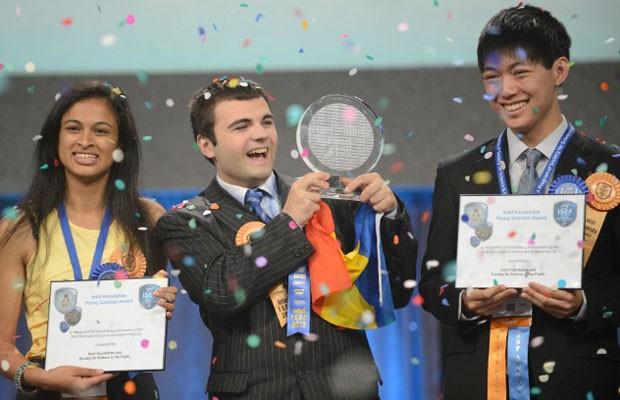 Eesha Khare, de 18 anos (à esquerda), ao lado do estudante romeno Ionut Budisteanu, de 19 anos, primeiro colocado na Feira Internacional de Ciência e Engenharia da Intel, e Henry Lin, de anos 17, (à direita). (Foto: Divulgação: Intel/Chris Ayers)
