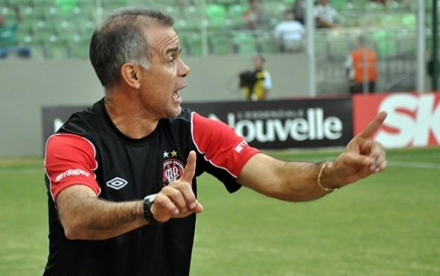 Técnico Jorginho, do Atlético-PR, no jogo contra o América-MG (Foto: Gustavo Oliveira/Site Oficial do Atlético-PR)