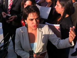 Juliana Oliveira, uma das manifestantes, do lado de fora do prédio do STF (Foto: Fabiano Costa / G1)