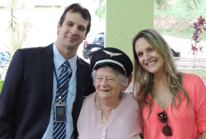 Flavia Mostério, coordenadora do programa, enviou a foto junto da avó Doracy e o irmão Guilherme (Foto: Reprodução / TV TEM)