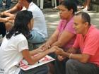Pais aguardam saída dos filhos em local de provas do Enem no Recife